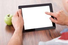 Estudiante universitario que usa la tableta digital en blanco imágenes de archivo libres de regalías