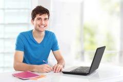Estudiante universitario que usa su ordenador portátil Foto de archivo libre de regalías