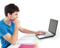 Estudiante universitario que usa su ordenador portátil Fotos de archivo libres de regalías