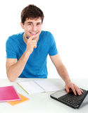 Estudiante universitario que usa su ordenador portátil Imagenes de archivo