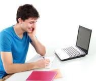Estudiante universitario que usa su ordenador portátil Imágenes de archivo libres de regalías