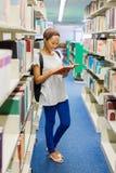 Estudiante universitario Reading Book Fotos de archivo libres de regalías