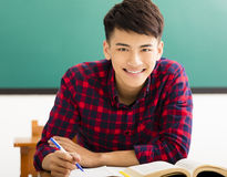 Estudiante universitario sonriente en sala de clase de la universidad Foto de archivo