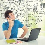 Estudiante universitario Thinking que mira para arriba una cierta fórmula Foto de archivo