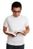Estudiante universitario u hombre que lee un libro de textos Imágenes de archivo libres de regalías