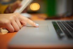 Estudiante universitario Using Computer Trackpad de la muchacha en la noche Imagen de archivo libre de regalías