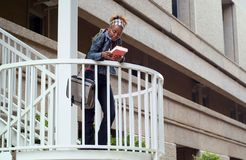 Estudiante universitario y escalera del afroamericano Foto de archivo libre de regalías