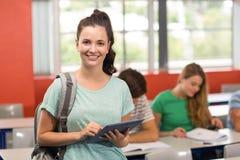 Estudiante Using Digital Tablet en sala de clase Imágenes de archivo libres de regalías
