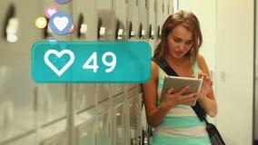 Estudiante Using una tableta metrajes