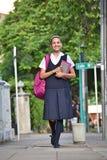 Estudiante Walking On Sidewalk imagen de archivo libre de regalías