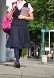 Estudiante Walking On Sidewalk fotografía de archivo libre de regalías