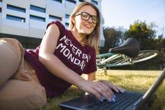Estudiante Woman Typing On el ordenador portátil fotografía de archivo libre de regalías