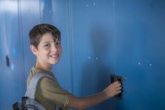 Estudiante y armarios azules de la escuela Fotos de archivo libres de regalías