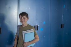 Estudiante y armarios azules de la escuela Imagen de archivo libre de regalías