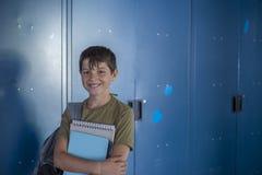 Estudiante y armarios azules de la escuela Fotografía de archivo libre de regalías