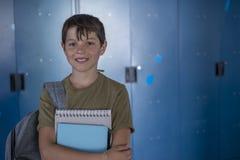 Estudiante y armarios azules de la escuela Fotos de archivo