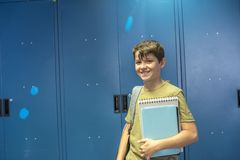 Estudiante y armarios azules de la escuela fotografía de archivo