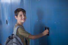 Estudiante y armarios azules de la escuela Imagenes de archivo