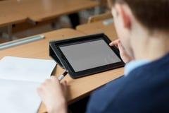 Estudiante y tableta en sala de clase Imagen de archivo libre de regalías