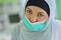 Estudiantes árabes con el hijab mientras que trabaja en la dentadura, dientes falsos fotografía de archivo libre de regalías