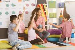 Estudiantes activos durante curso de idiomas imagenes de archivo