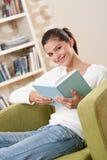 Estudiantes - adolescente feliz con el libro en la butaca Foto de archivo libre de regalías