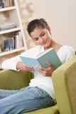 Estudiantes - adolescente feliz con el libro en la butaca Imagen de archivo