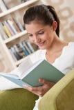 Estudiantes - adolescente feliz con el libro en la butaca Imágenes de archivo libres de regalías