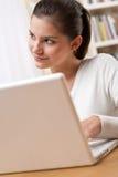 Estudiantes - adolescente feliz con la computadora portátil Imagenes de archivo