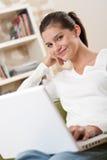 Estudiantes - adolescente feliz con la sentada de la computadora portátil Fotos de archivo libres de regalías