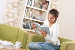 Estudiantes - adolescente feliz con la sentada del libro Imagen de archivo libre de regalías