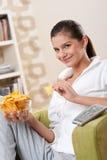 Estudiantes - adolescente femenino feliz con las patatas fritas Fotografía de archivo