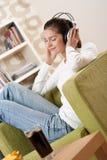 Estudiantes - adolescente femenino feliz con los auriculares Imagenes de archivo