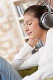 Estudiantes - adolescente femenino feliz con los auriculares Imágenes de archivo libres de regalías