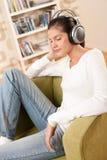 Estudiantes - adolescente femenino feliz con los auriculares Fotografía de archivo libre de regalías