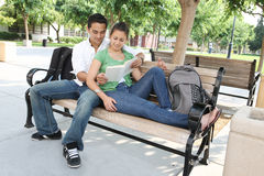 Estudiantes adolescentes atractivos en la lectura de la universidad Imágenes de archivo libres de regalías