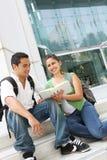 Estudiantes adolescentes atractivos en la universidad Imagen de archivo libre de regalías
