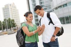 Estudiantes adolescentes atractivos en la universidad Imagen de archivo