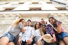 Estudiantes adolescentes atractivos que presentan delante de universidad Fotos de archivo libres de regalías