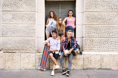 Estudiantes adolescentes atractivos que presentan delante de universidad Fotografía de archivo libre de regalías