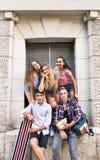 Estudiantes adolescentes atractivos que presentan delante de universidad Fotografía de archivo