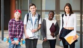 Estudiantes adolescentes cerca de la universidad Foto de archivo