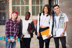 Estudiantes adolescentes cerca de la universidad Fotos de archivo libres de regalías