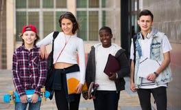 Estudiantes adolescentes cerca de la universidad Fotografía de archivo