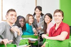 Estudiantes adolescentes con el profesor Foto de archivo libre de regalías