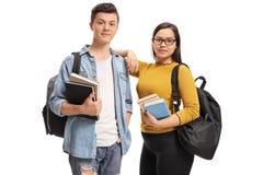 Estudiantes adolescentes con las mochilas y los libros Imagenes de archivo