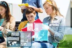 Estudiantes adolescentes con los cuadernos en el patio de escuela Imagenes de archivo