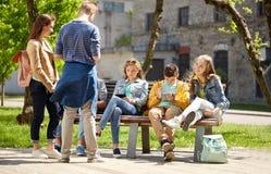 Estudiantes adolescentes con PC de la tableta en el patio de escuela Imagen de archivo libre de regalías