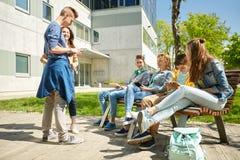 Estudiantes adolescentes con PC de la tableta en el patio de escuela Fotografía de archivo libre de regalías