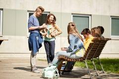 Estudiantes adolescentes con PC de la tableta en el patio de escuela Foto de archivo libre de regalías